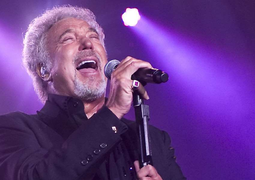 Sir Tom Jones NNL-150403-102215001