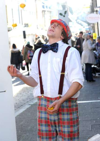 Ben Sutton juggling on Hatters Street ANL-161128-080113009