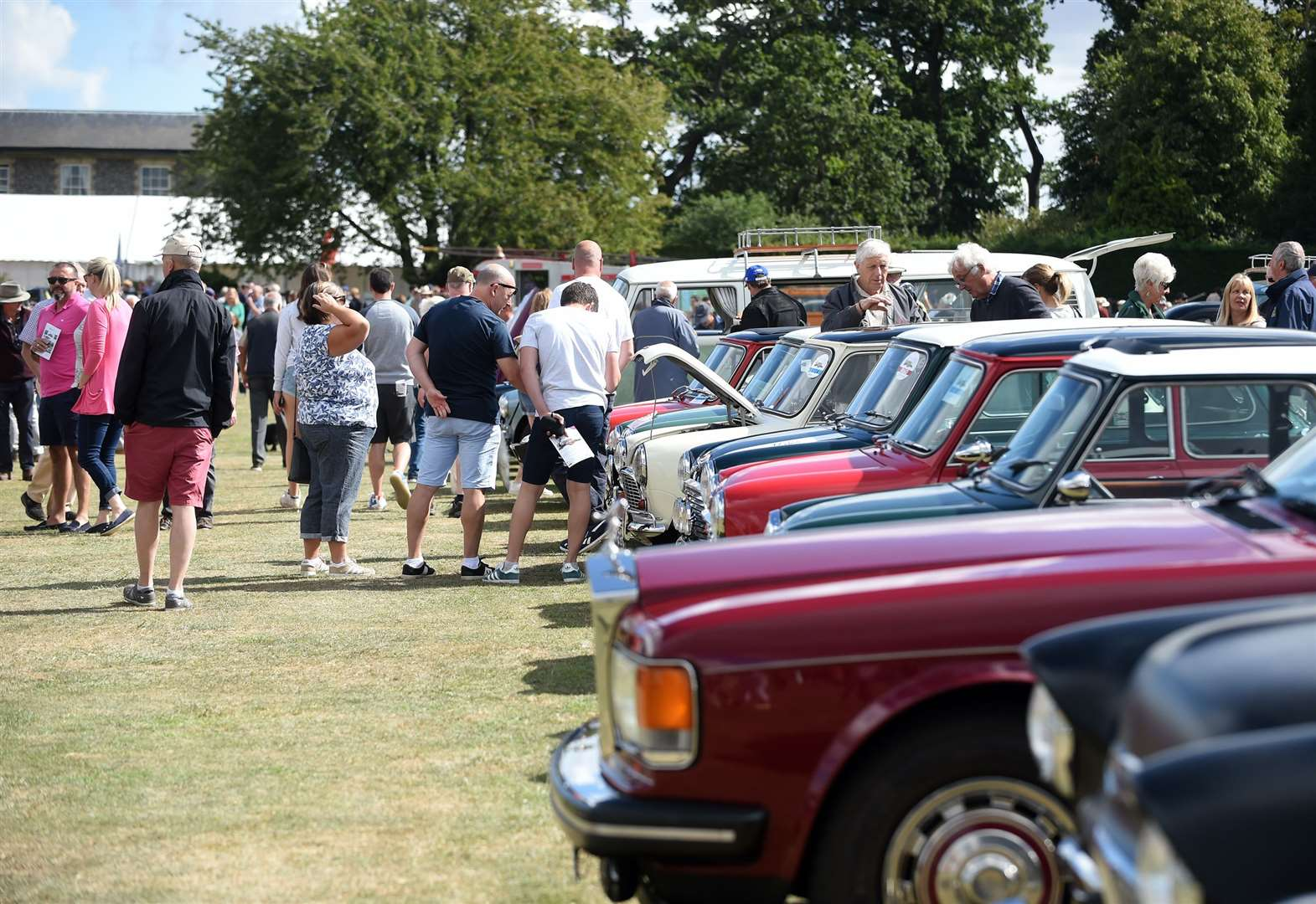 10th Classic and Sports Cars by the Lake attracts thousands of visitors
