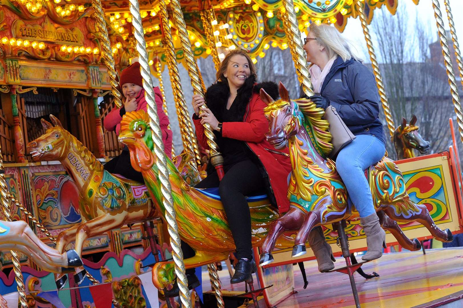 Bury St Edmunds Christmas Fayre 2018..Pictured: Suzanne Barnes, Holle Booth and Baylee Millington-Barnes on the Carousel ...PICTURE: Mecha Morton. (21101412)