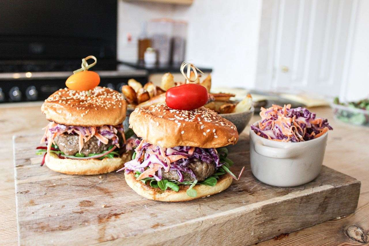 Farmily cooking - burger with red cabbage slaw (40774086)