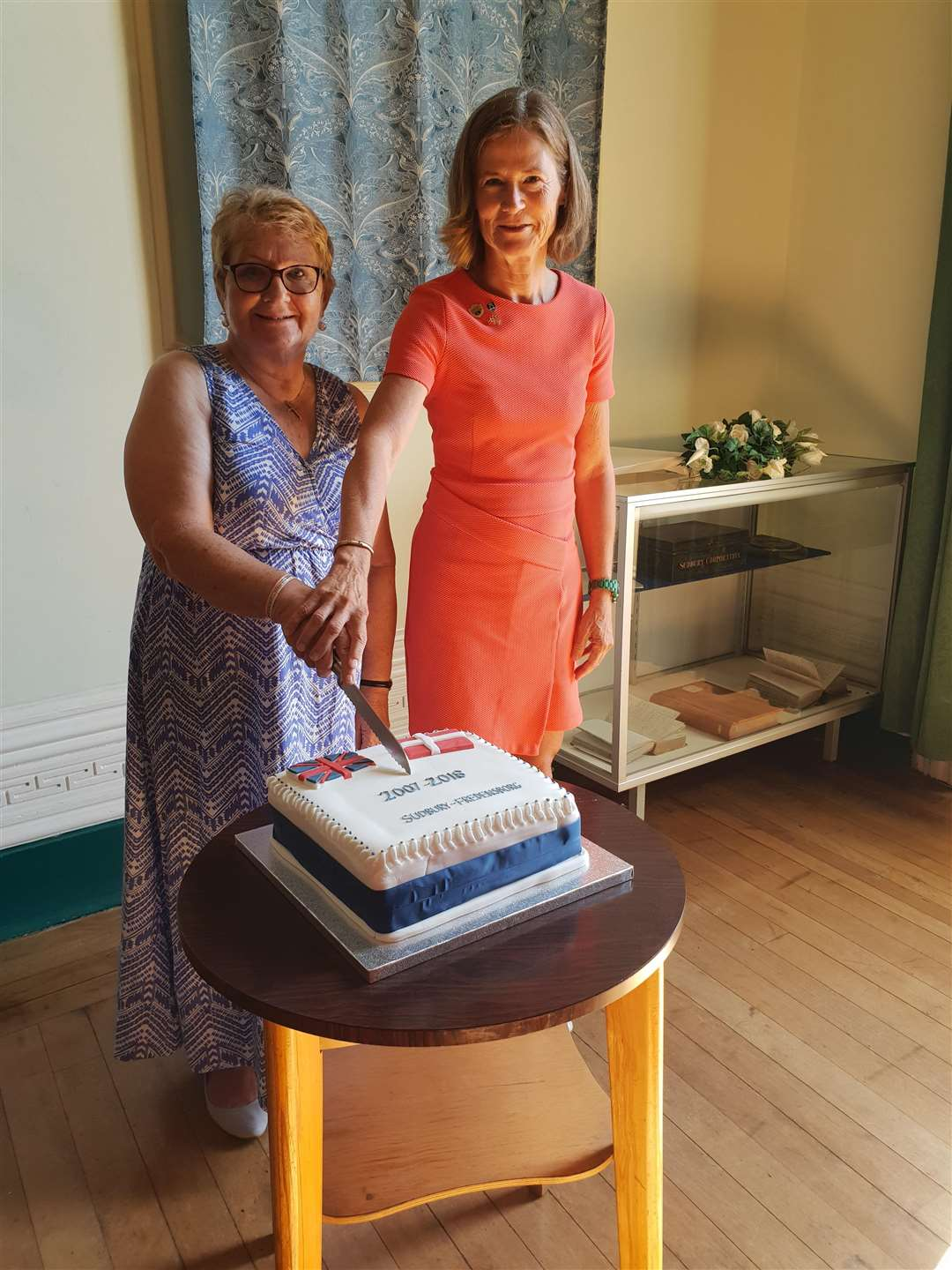 Sudbury mayor Sue Ayres cuts the celebration cake with Tinne Borch Jacobsen, council member of Fredensborg Kommune. (2884022)