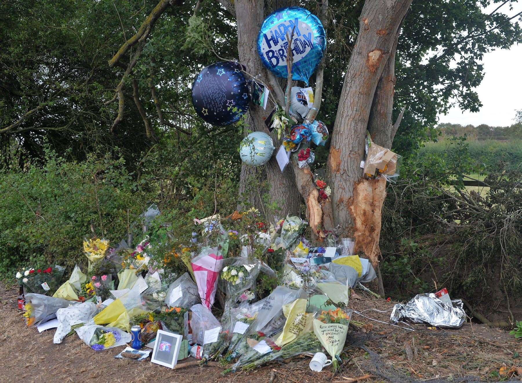 Tributes left at the scene(16730415)