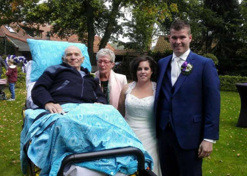 The Dutch Ambulance Wish charity Stichting Ambulance Wens Nederland helped this man attend his grandson's wedding before he died huHeKFRwY7_lntiG7SeX
