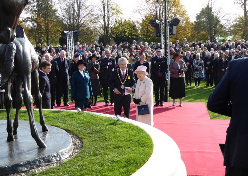 The Queen inspects the statue. Picture courtesy of John Hosking. ANL-160311-153018001