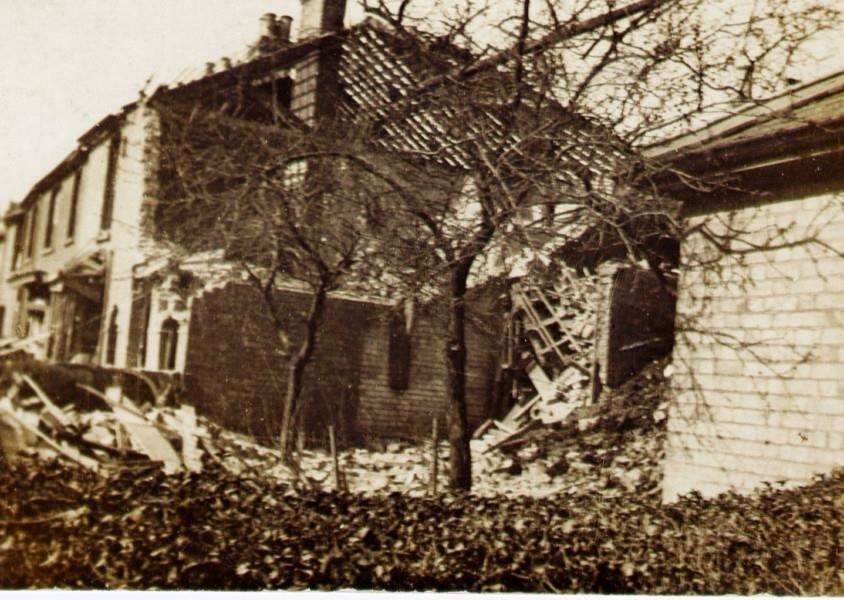 aftermath of the zeppelin raid in East Street. Sudbury ANL-160404-162837001