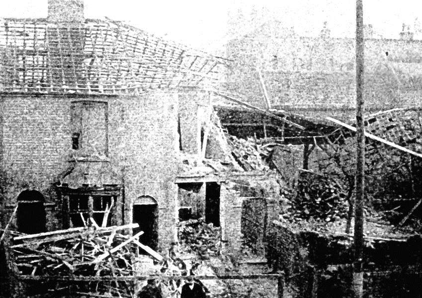 Aftermath of the zeppelin raid in East Street.Sudbury ANL-160404-162848001