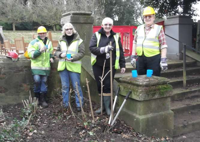 Participants on the Woodland Active programme working in Holywells Park, Ipswich ANL-150503-154100001