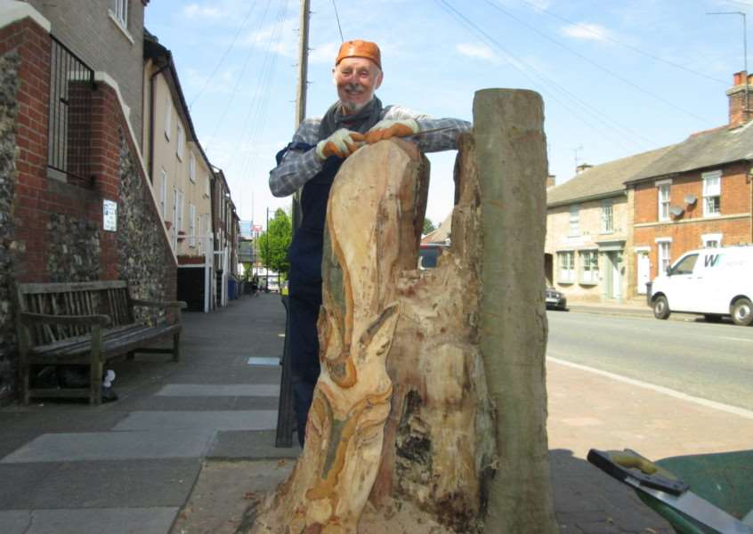 Sculptor John Williams works on the plane tree stump in Eastgate Street, Bury St Edmunds ANL-160527-110658001
