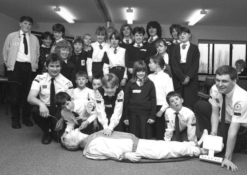 Lark Valley Youth Group doing training with the Red Cross at the Red Cross Centre, Bury St Edmunds, December 1989. ANL-160212-094638001