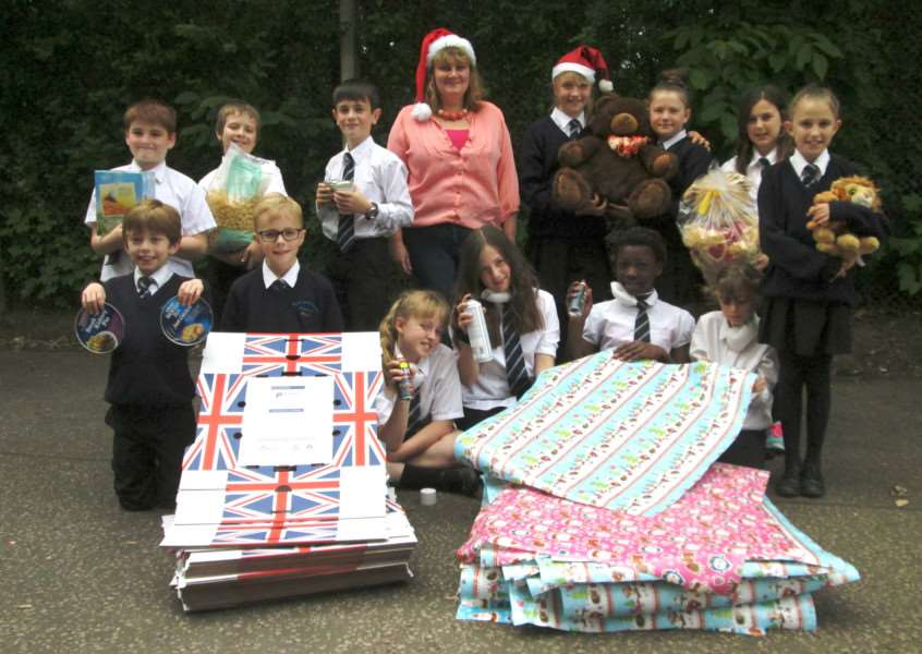 Horringer Court Middle School pupils help Gatehouse's Amanda Bloomfield get ready for the charity's Christmas hamper distribution in six months time ANL-150626-145757001