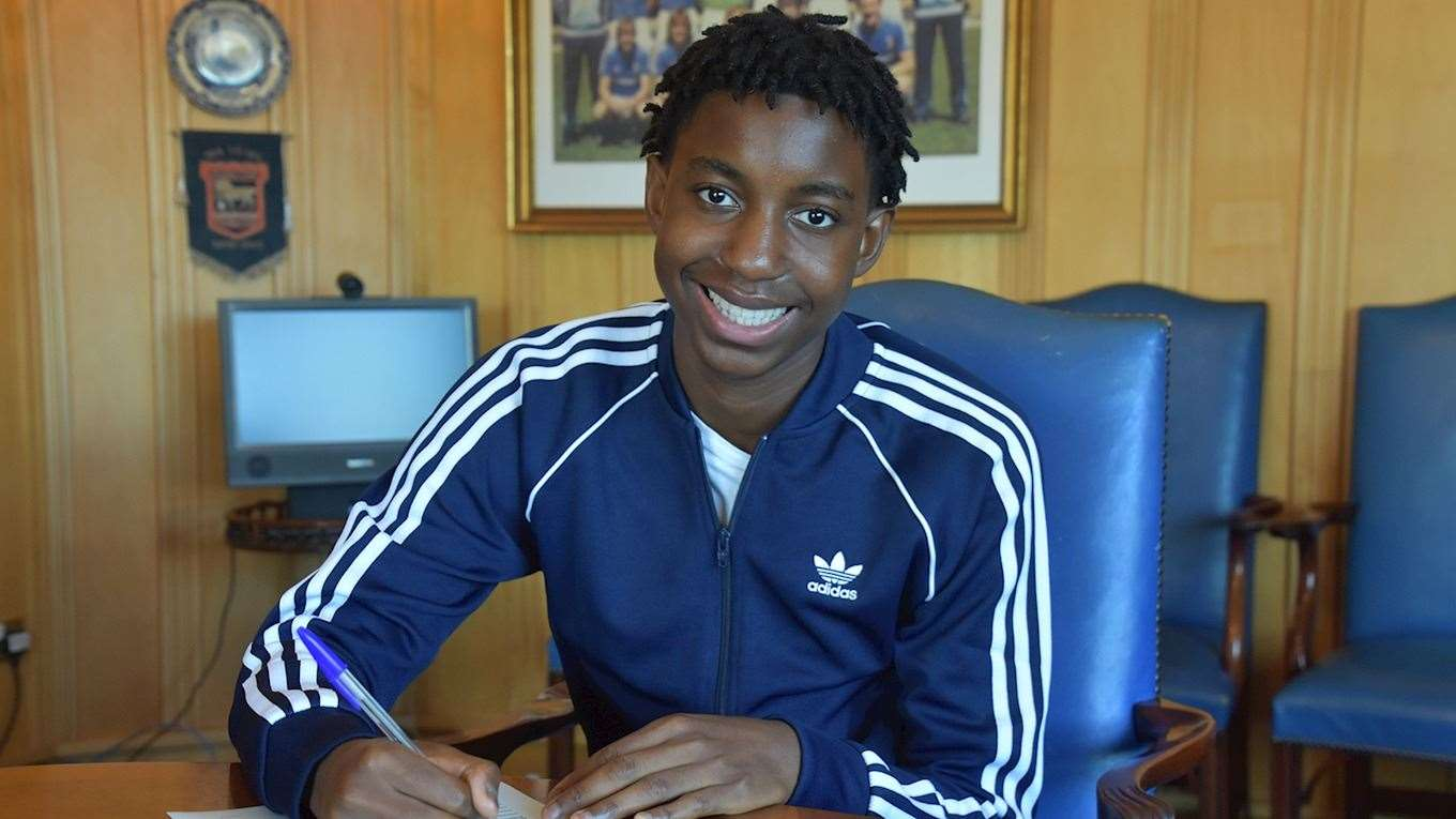 Tawanda Chirewa signs his first professional contract at Ipswich TownPicture: ITFC (42959150)