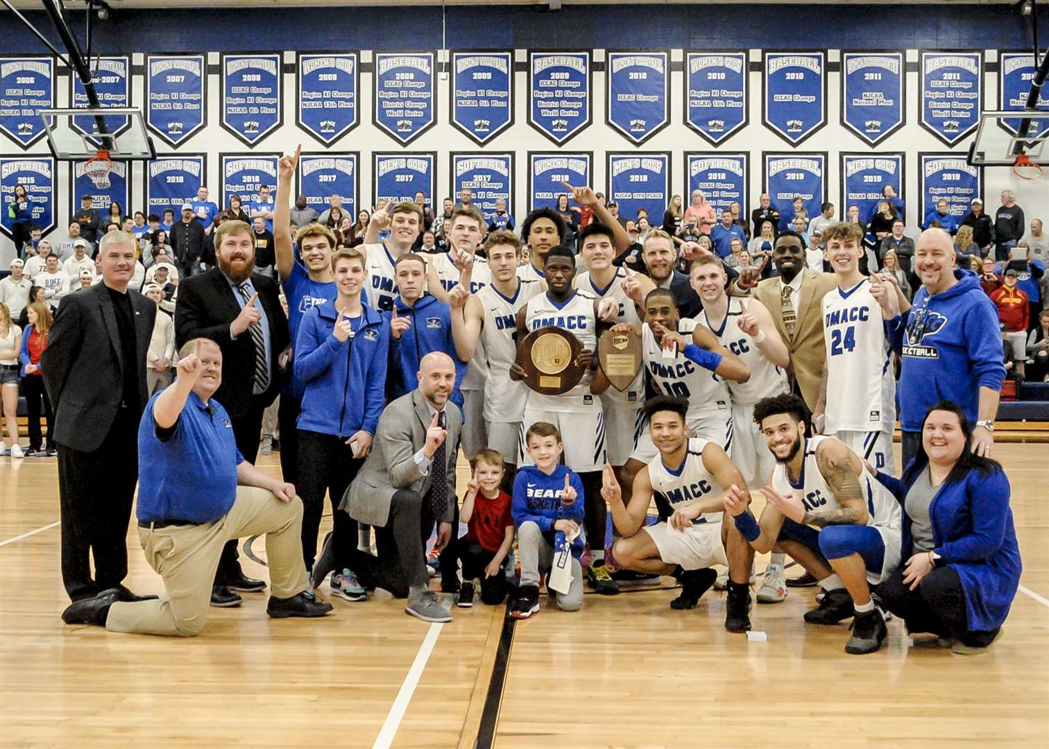 Mildenhall Resident and County Upper Basketball Academy Alumni Bradley Day pictured with the DMACC Bears side he helped to reach the last 16 of the NJCAA D2 National Finals (36388583)
