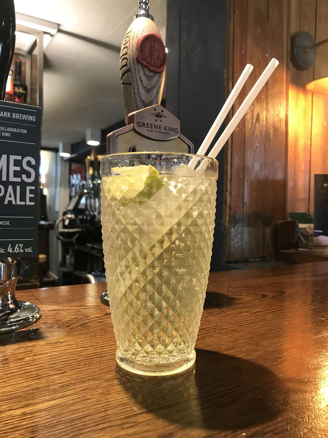 Greene King is introducing compostable straws in its 1,750 pubs across the UK. (3797604)